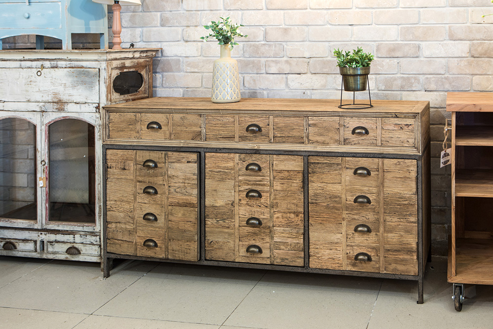 רהיטים מעץ ממוחזר בסגנון כפרי