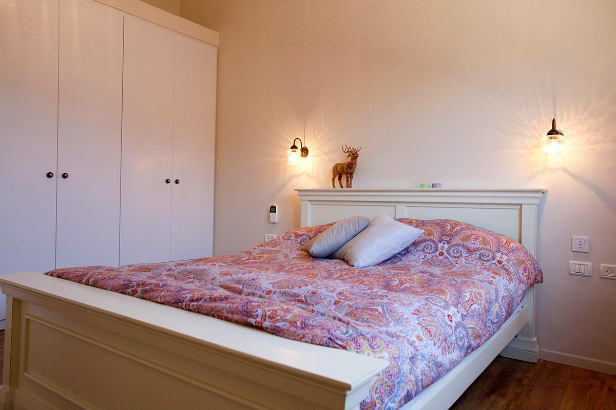 מיטה כפרית בצבע לבן
