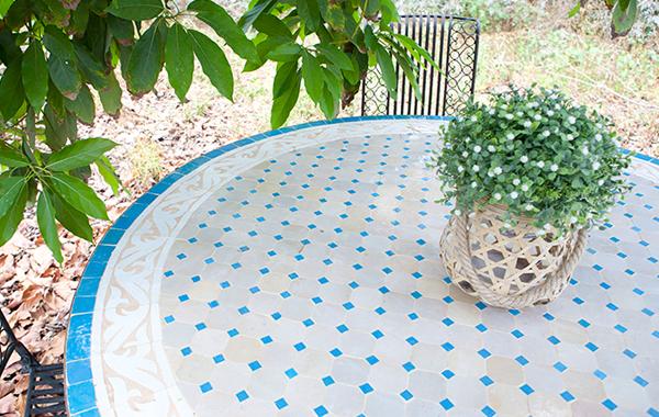 שולחן פסיפס מרוקאי כחול לבן
