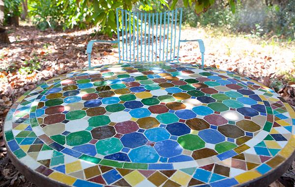 שולחן פסיפס צבעוני לגינה